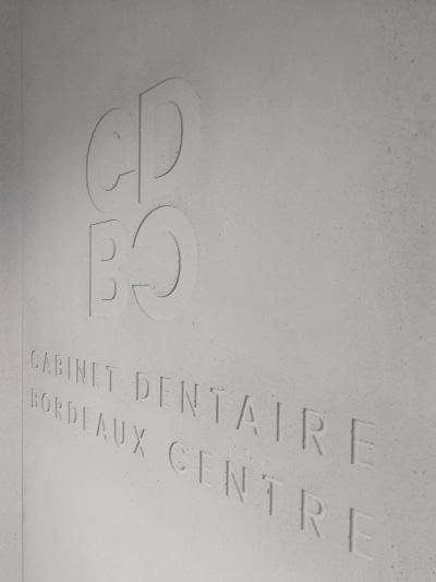 Logo du CDBC dans mur de béton - perspective